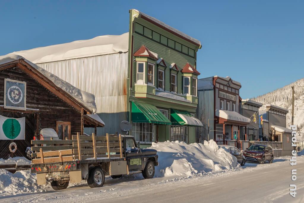 Strassenzug wie aus einer Filmkulisse - nur die modernen Autos stören - Dawson City
