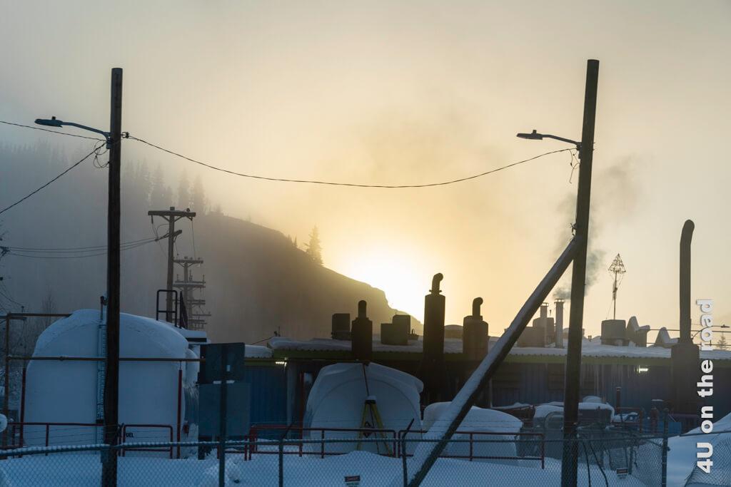 Kraftvoll kommt die Sonne hinter dem Berg hervor - Dawson City