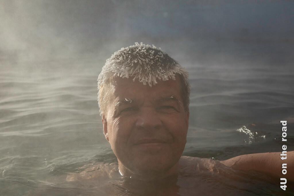 Jörg schaut nur deshalb so angestrengt, weil er während der ganzen Zeit des Fotoshootings den Plastikvorhang nach oben hält. - Takhini Hot Springs