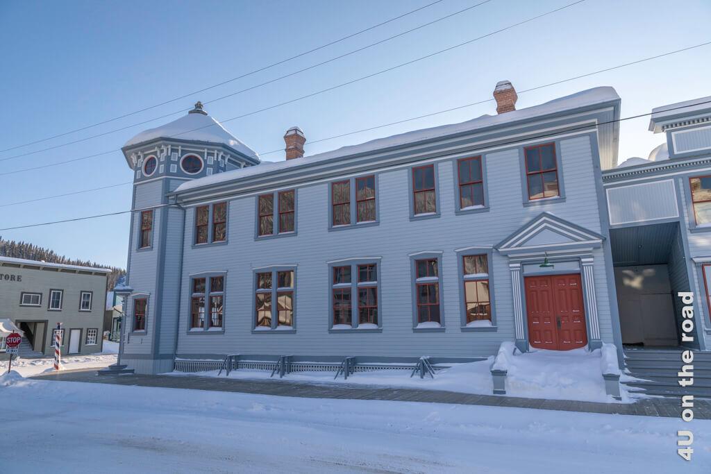 Die Post als erstes Bundesgebäude 1900 errichtet, enthielt auch das Telegrafenbüro und Grundbuchamt. Die heutige Post befindet sich aber in einem anderen Gebäude.