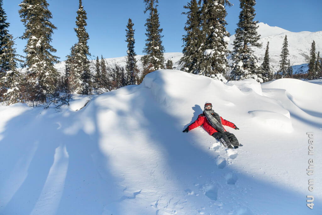 Der Schnee dieser Schneewehe ist so fest, dass wir sie als Liegestuhlersatz nutzen können.
