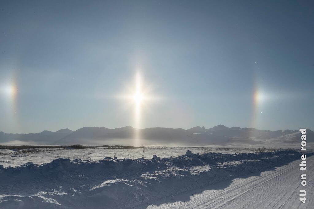 Sundog - zwei Sonnen flankieren die Sonne und bilden einen Heiligenschein über dem Bergpanorama