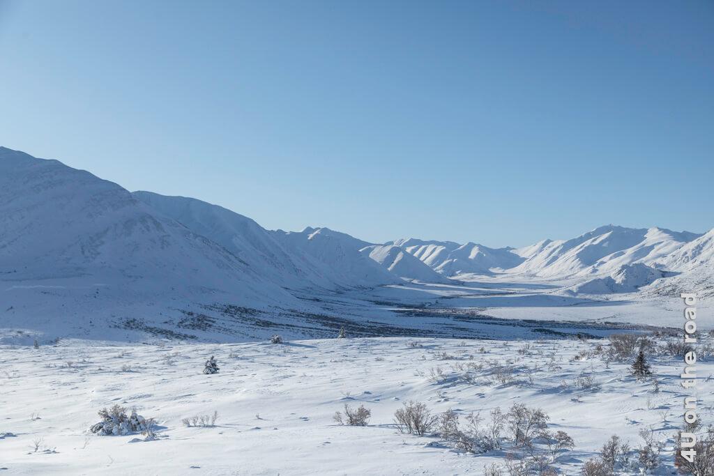 Schneebedeckte Berge im Tombstone Territorial Park soweit das Auge reicht