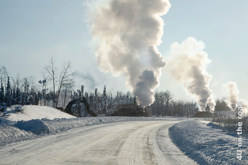 Neue Scheiterhaufen zwischen Dawson City und Whitehorse warten darauf für den Brandschutz abgefackelt zu werden