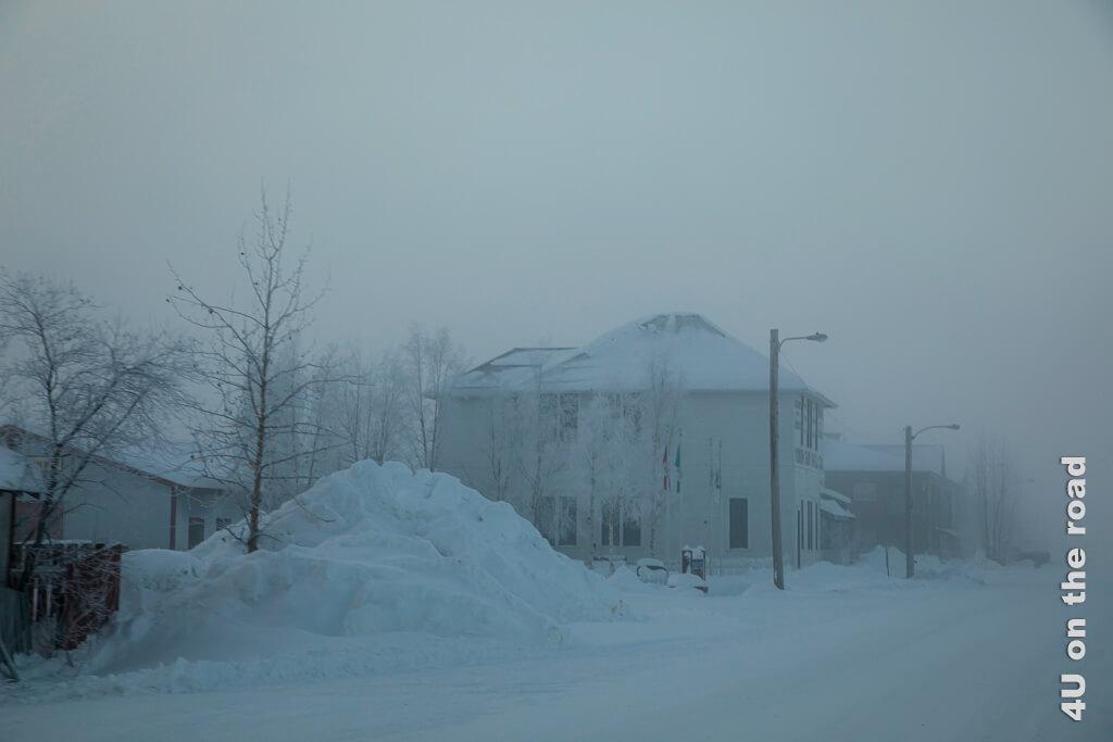 Wieder auf der Hauptstrasse. So langsam wird es heller. - Dawson City