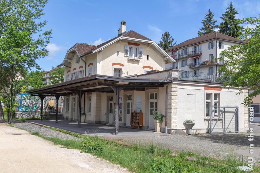 Die ehemalige Gleisanlage des alten Bahnhof Zürich Letten ist heute von Unkraut überwachsen. - Entlang der Limmat auf dem Kloster-Fahr-Weg