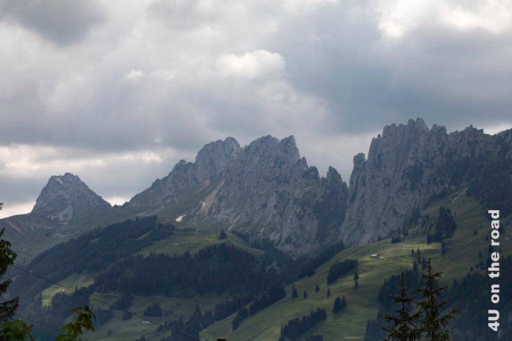 Berge unterhalb des Jaun Passes