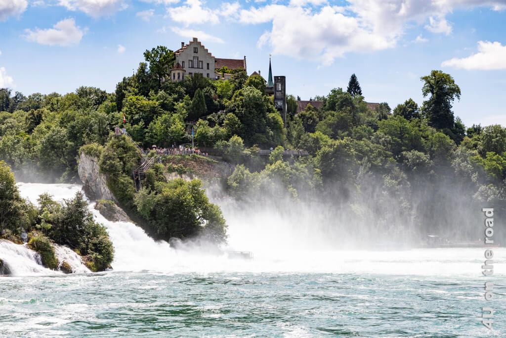 """Blick vom Ende des Beckens auf Schloss Laufen und das """"Känzeli"""" und die lange Gischtfahne des Rheinfalls"""