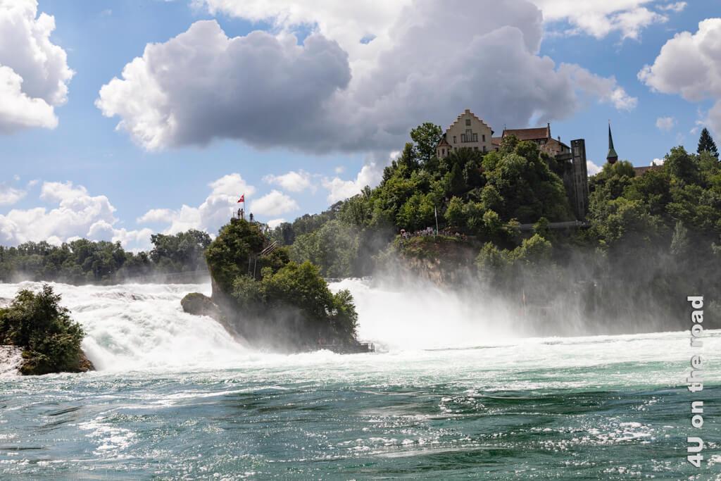 """Wer mit dem Schiff zum """"Känzeli"""" fährt, um in der Mitte des Rheins den Blick auf das tosende Wasser des Rheinfalls zu geniessen, muss damit rechnen, nass zu werden."""