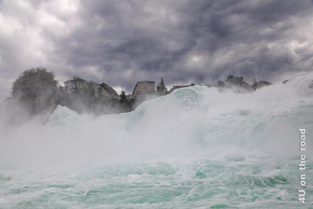 Kurzzeitig sind dunkle Wolken über dem Rheinfall aufgezogen und verleihen dem Bild Dramatik