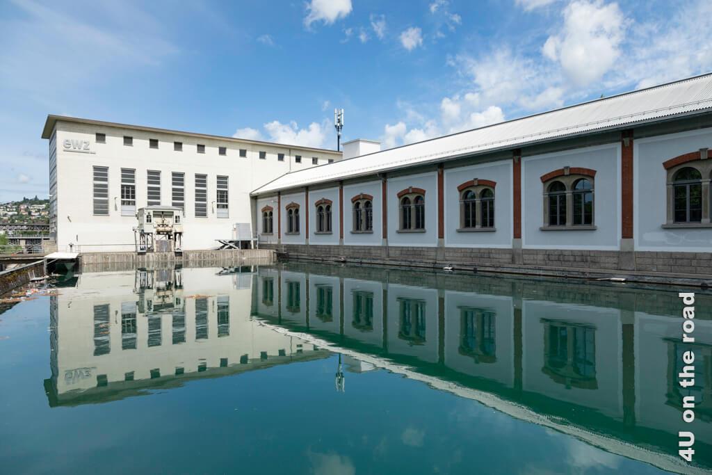 Spiegelung des Laufwasserkraftwerks Letten - Entlang der Limmat auf dem Kloster-Fahr-Weg
