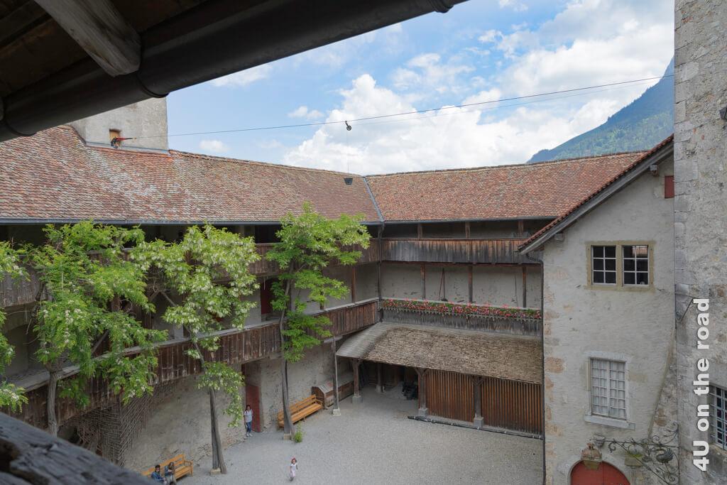 Blick von der Galerie in den Innenhof des Schlosses Gruyères