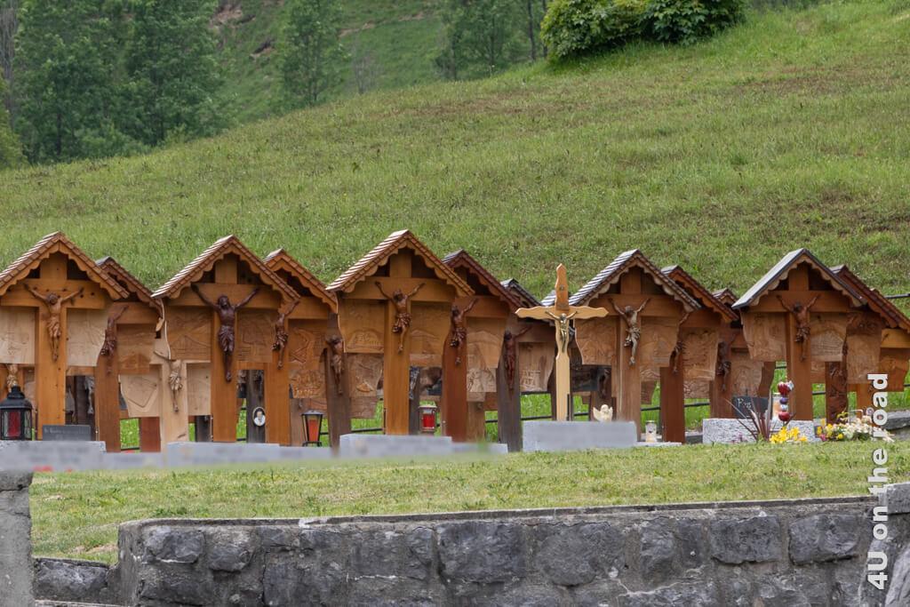 Holzkreuze statt Grabsteinen stehen auf dem Friedhof in Jaun