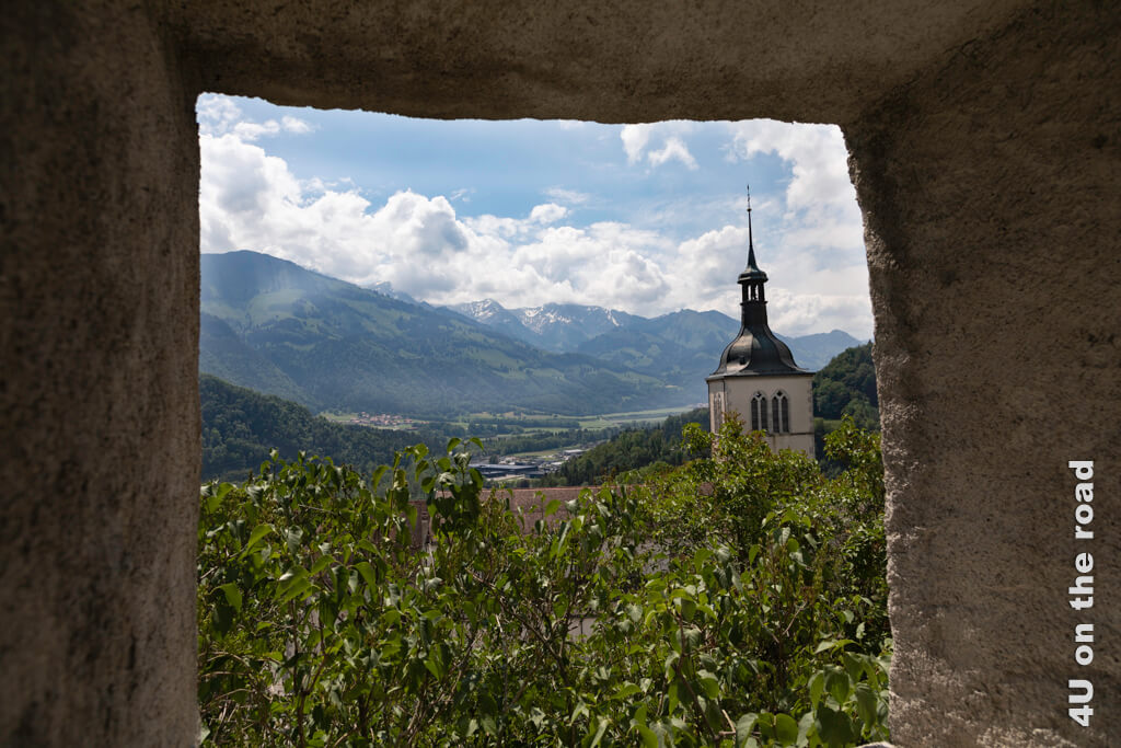 Blick durch dicke Mauern auf die Kirche St. Théodule - Gryères