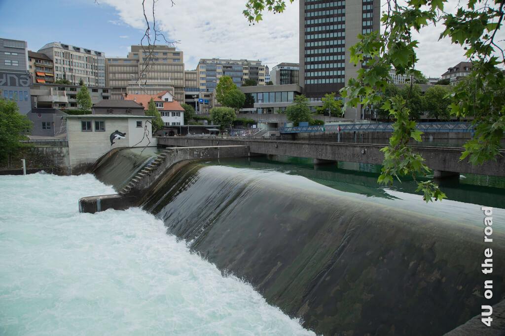 Lettenwehr zur Regulierung des Zürichseepegels. Nur im Hochwasserfall wird das Wehr abgesenkt. Entlang der Limmat