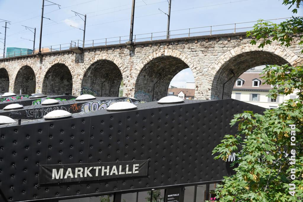 Dort, wo sich Lettenviadukt und Wipkinger-Viadukt trennen, steht die Markthalle - Entlang der Limmat