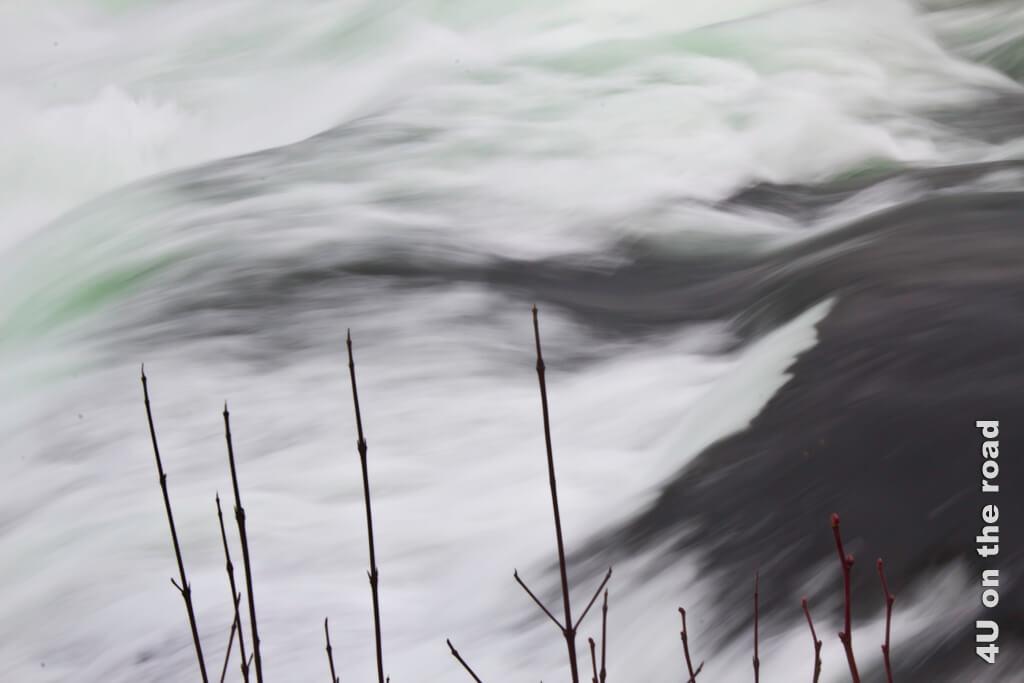 Der Rheinfall im Winter bei wenig Wasser