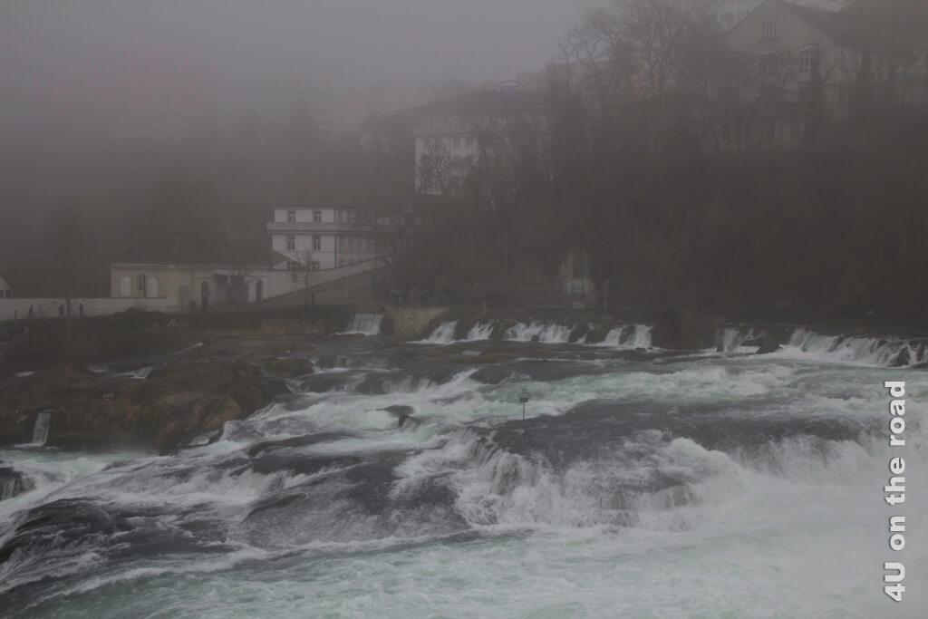 Mystische Stimmung am Rheinfall im Winter
