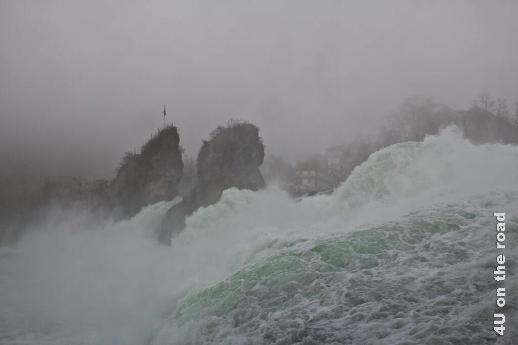 Der Rheinfall hautnah von der Plattform aus gesehen