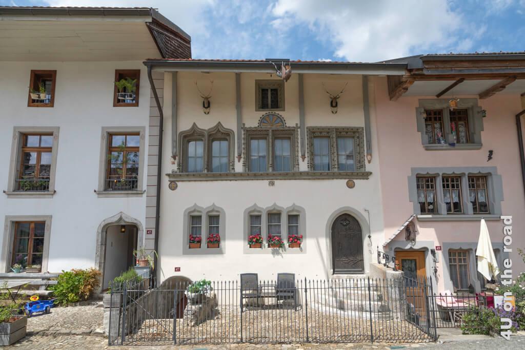 Schöne Türen und Fenstersturze in der Altstadt von Gruyères