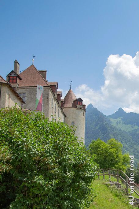 Schloss Gruyères und Berge