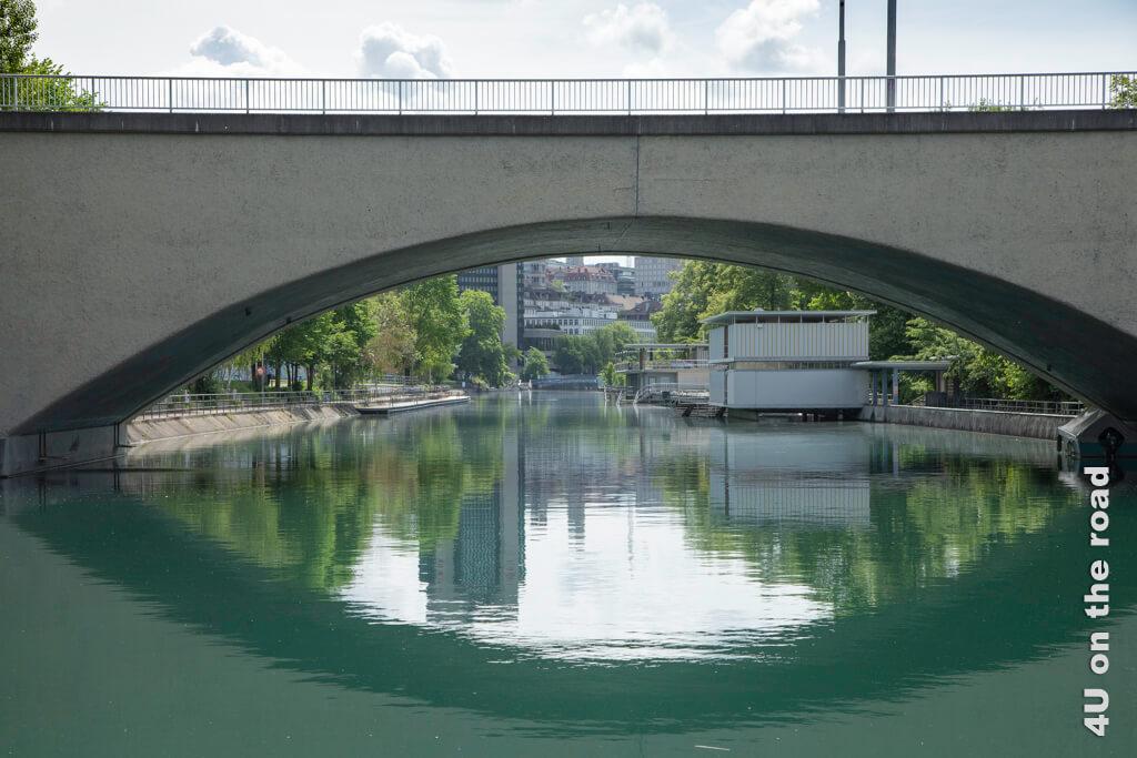 """Blick durch den Brückenbogen auf das Schwimmbad """"Obere Letten"""" - Entlang der Limmat auf dem Kloster-Fahr-Weg"""