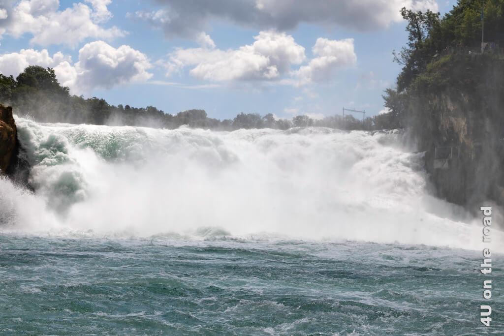 Tosend stürzt das Wasser den Rheinfall 23 m in die Tiefe