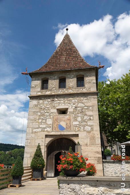 Vor dem Turm zweigt der Alternativweg nach Dachsen ab. Durch den Turm kommt man zum Weg zu den Plattformen.