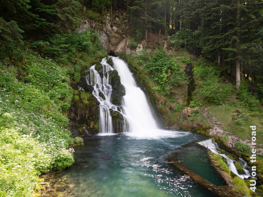 Klares Wasser ergiesst sich in ein Becken