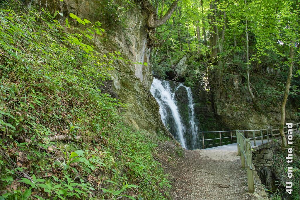 Ein weiterer kleiner Wasserfall ergiesst sich ins Tal. Wanderung von Betlis nach Quinten