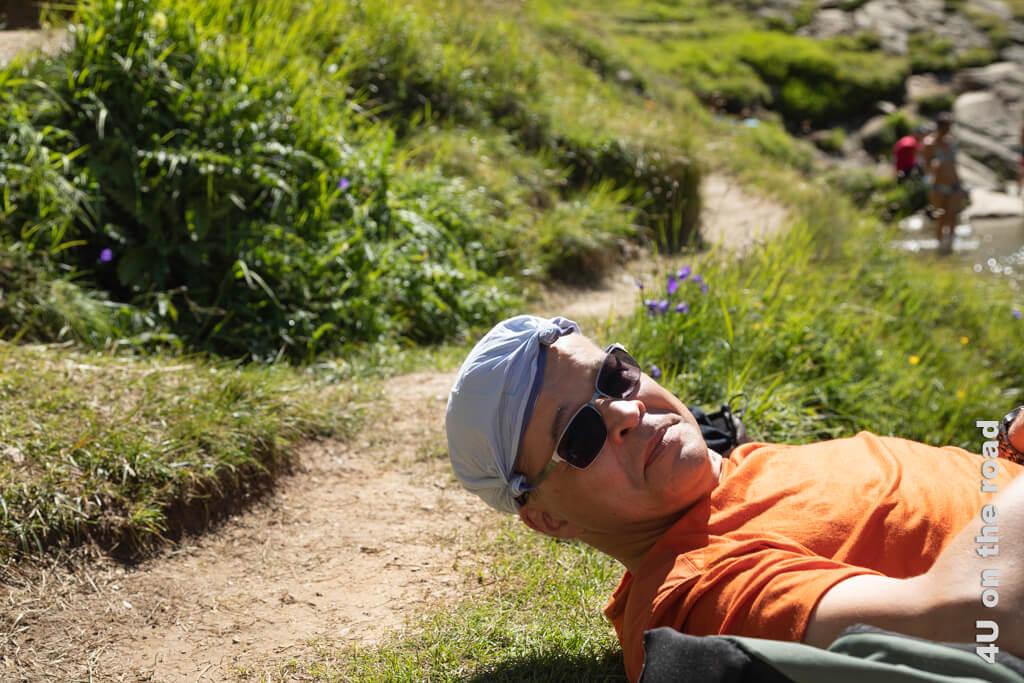 Das Taschentuch wird zum behfelfsmässigem Sonnenhut - Wanderung zur Rheinquelle - Toma See