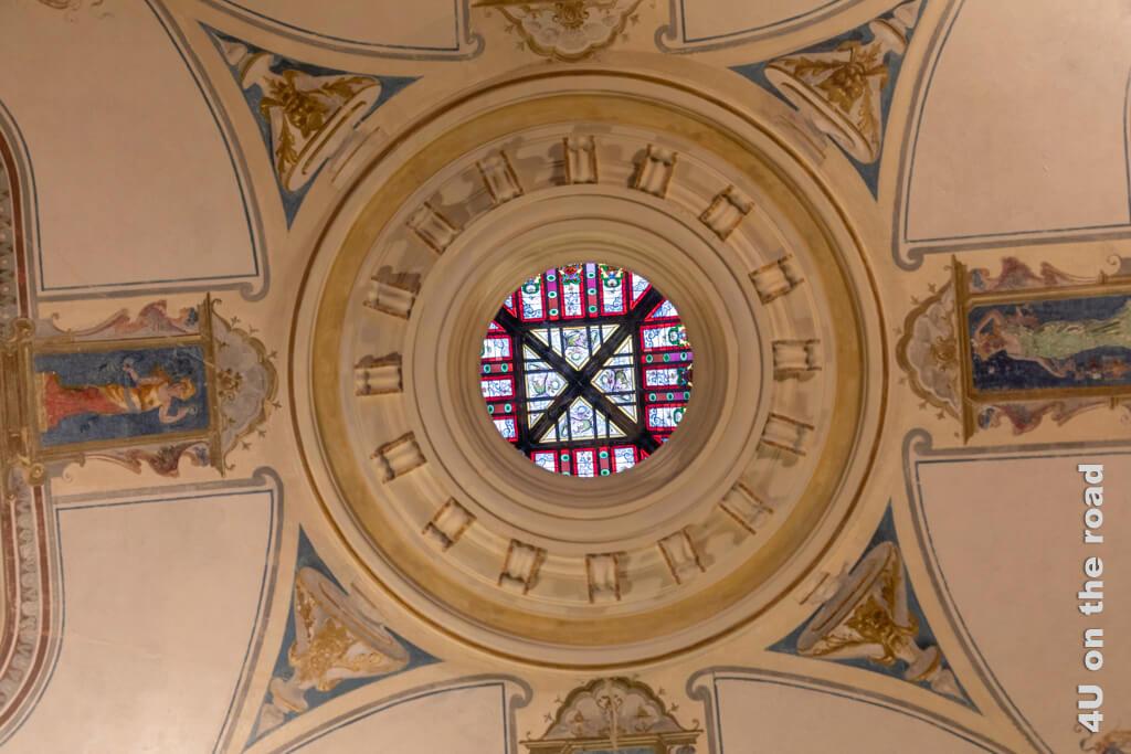 Das Drachenauge, durch welches man bis hoch in die Glaskuppel zu den vier Drachen schauen kann