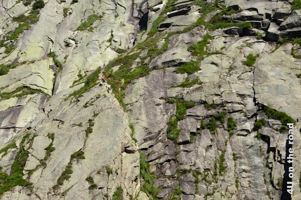 Neben dem Suworow Denkmal führt ein Kletterweg durch die Felsen.
