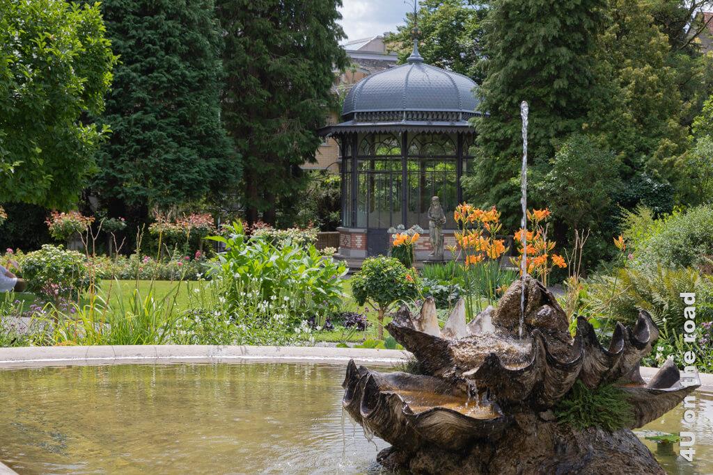 Muschelbrunnen und Pavillon