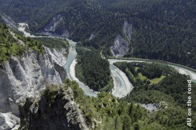 Die Rheinschlucht vom Aussichtspunkt II Spir mit durchfahrendem Zug