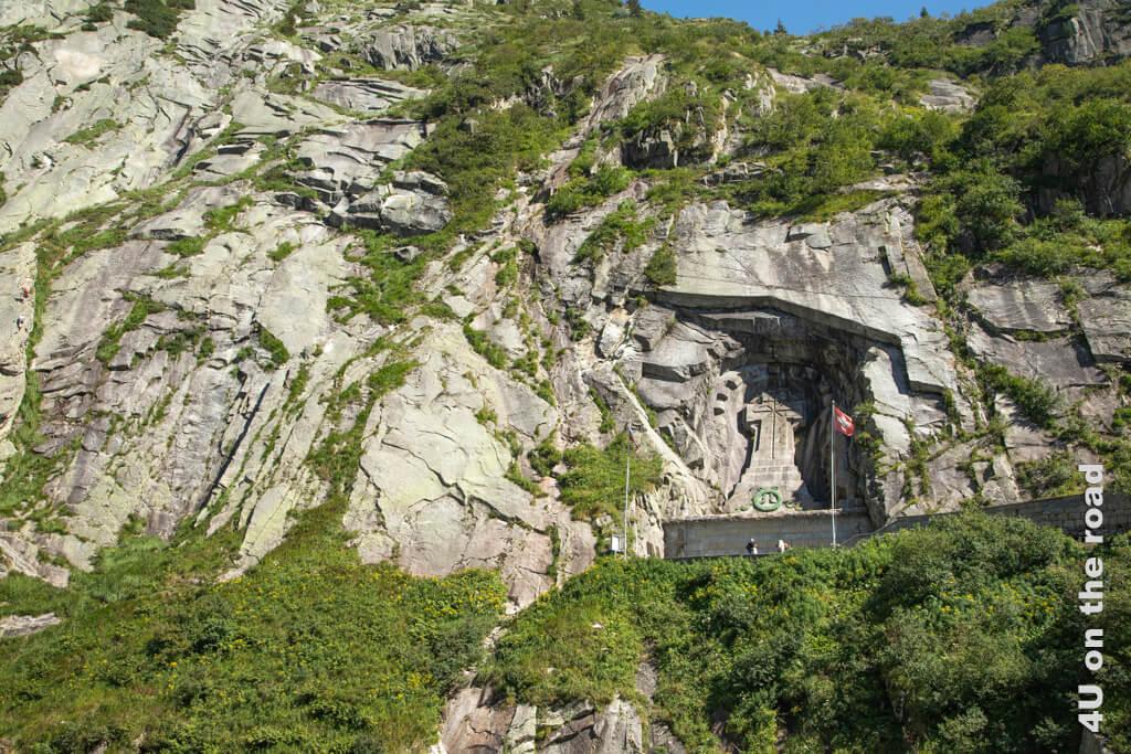 Das Suworow Denkmal vom anderen Ufer der Reuss gesehen. Ganz am linken Rand des Bildes sieht man die Kletterer - Schöllenenschlucht