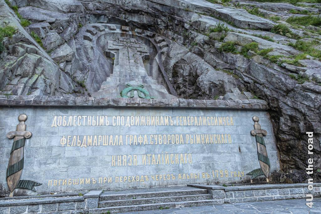 Das riesige Suworow Denkmal aus der Nähe. Das Kreuz ist allein 12 m hoch - Schöllenenschlucht