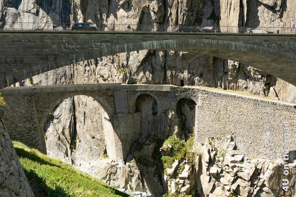 Blick auf die Teufelsbrücke, die heute von Fussgängern und Radfahrern benutzt wird - Schöllenenschlucht