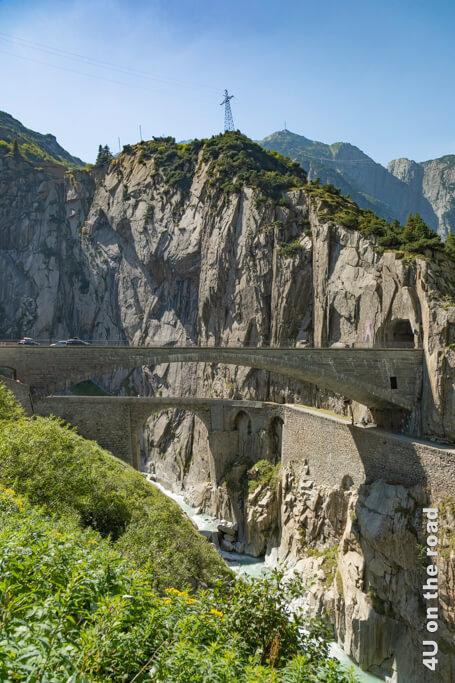 Hier sieht man schön die steilen Felswände der Schöllenenschlucht mit der Teufelsbrücke und der Verkehrsbrücke über der Reuss.