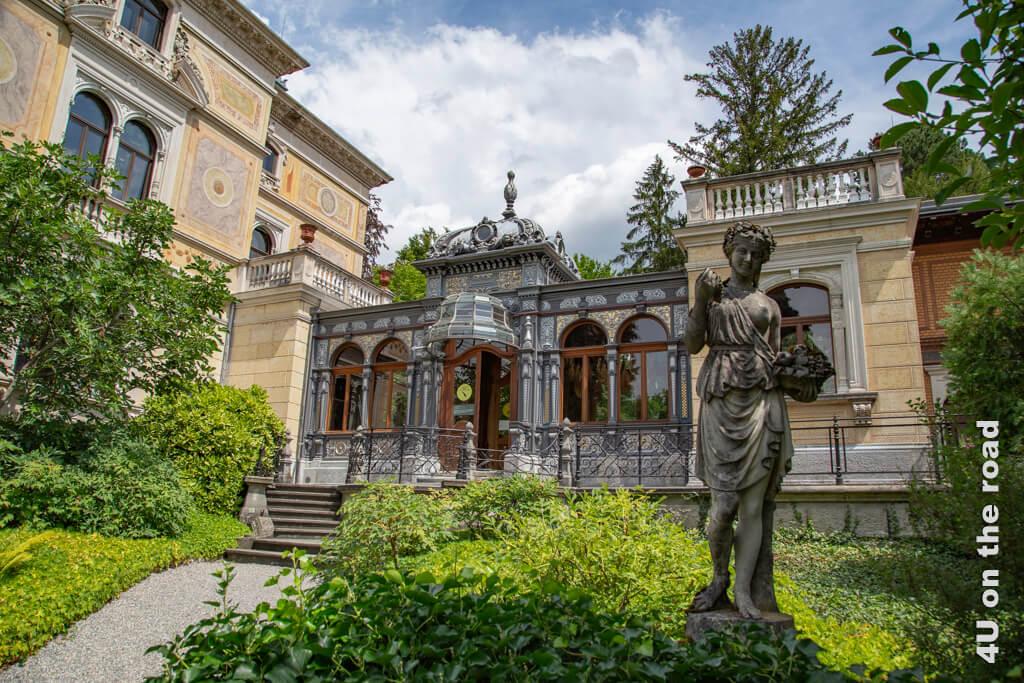 Die Villa Patumbah und die seitliche Galerie vom Park aus gesehen.