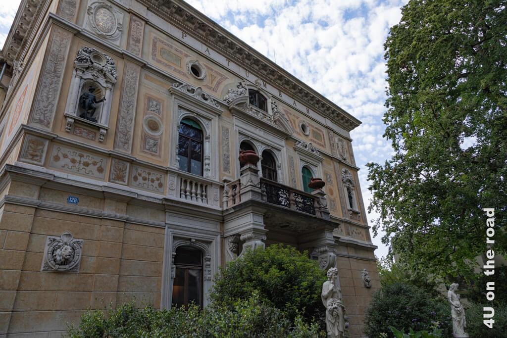 Villa Patumbah von der Zollikerstrasse aus gesehen. Löwe und Tiger symbolisieren die beiden Lebensorte von Karl Fürchtegott Grob. Der Löwe ist das Wappentier Zürichs, der Tiger steht für Asien.
