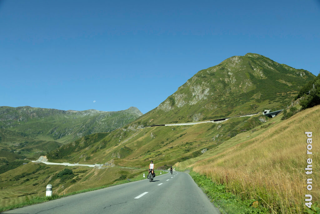 Auf dem Weg von Disentis zum Oberalppass kommen uns morgens schon die ersten Radfahrer entgegen.