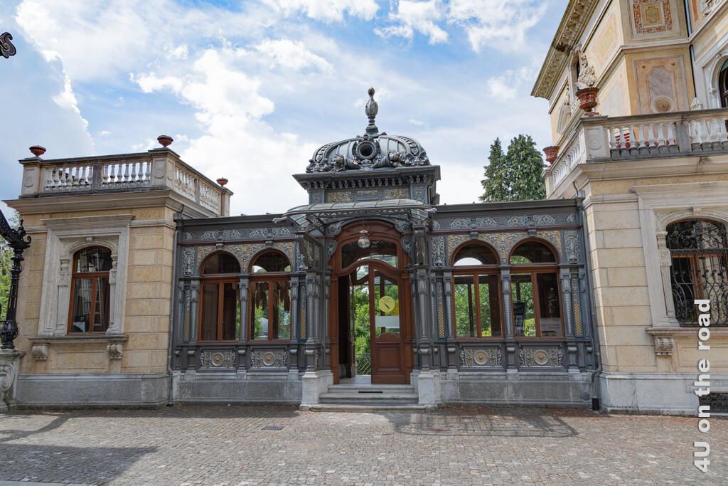 Seitliche Galerie, durch die der Eingang in die Villa Patumbah erfolgt.