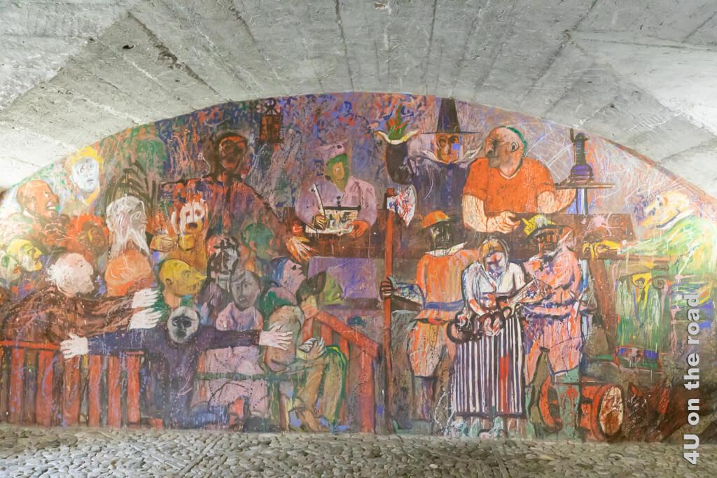 Über zwei Etagen reichendes Wandgemälde im alten Rathaus von Vicosoprano, Bergell