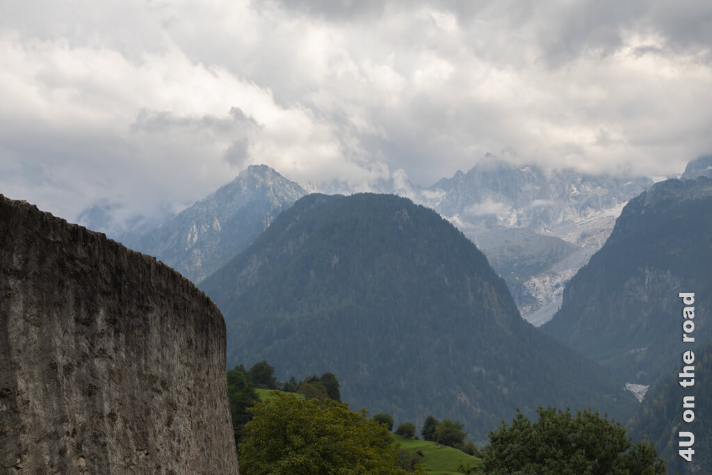 Ohne Wolken hätte man von Soglio einen beeindruckenden Blick auf das Sciora Massiv und den Felssturz bei Bondo