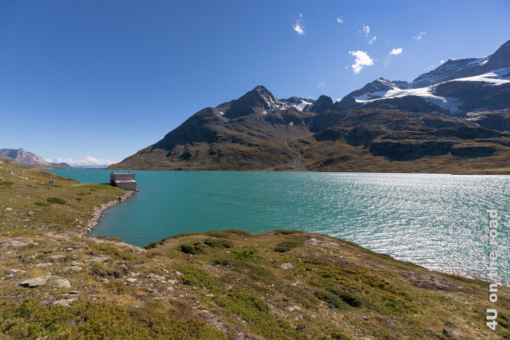 Lago Bianco - Blick vom Bahnhof Ospizio Bernina in Richtung Passhöhe