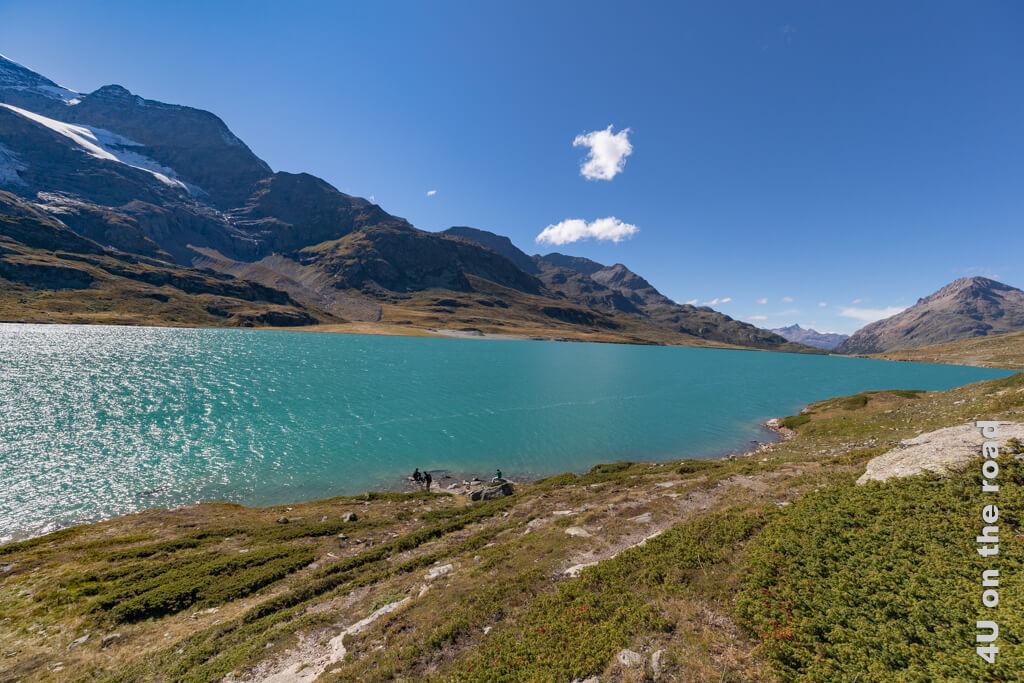 Blick entlang des Lago Bianco vom Bahnhof Ospizio Bernina in Richtung Lej Nair