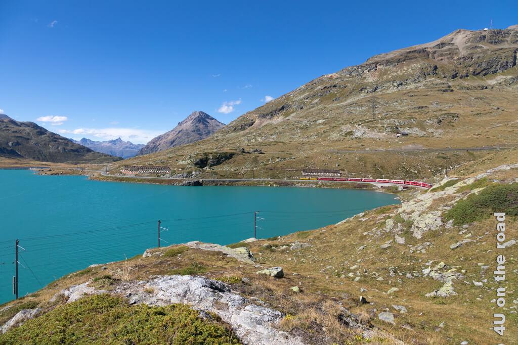 Räthische Bahn mit gelben Aussichtswagen am Lago Bianco
