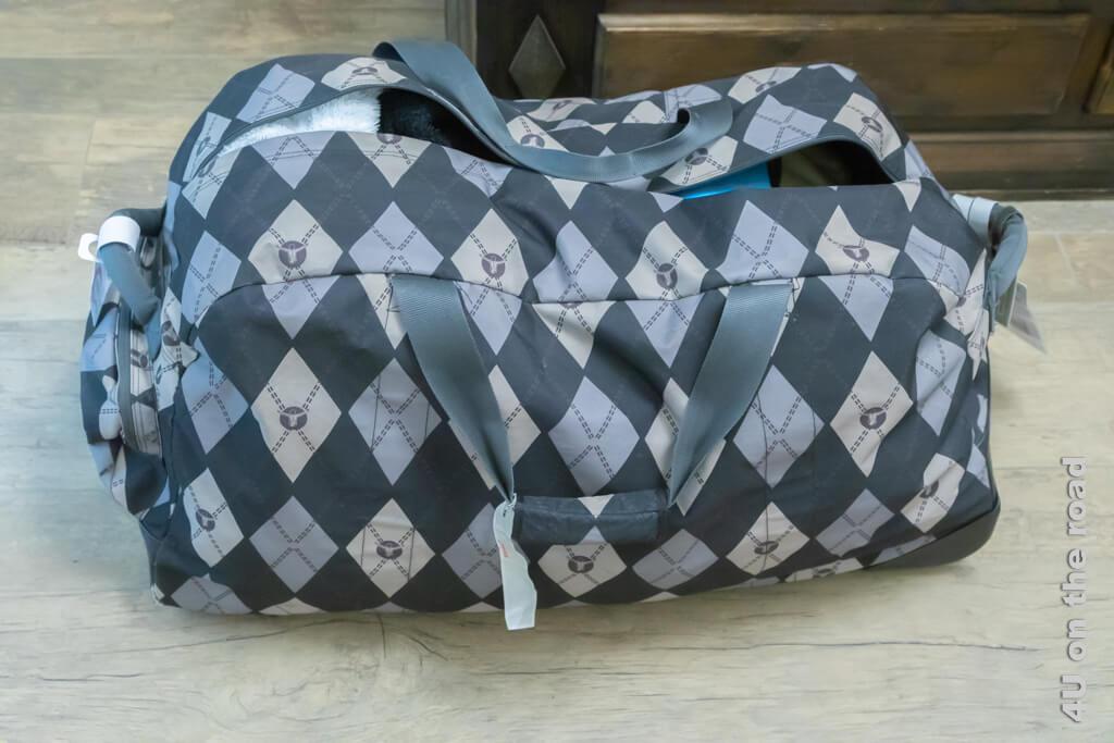 So sieht die gepackte Reisetasche aus. Noch ist der Reissverschluss offen, für die letzte Kleinigkeit. Koffer packen für das Austauschjahr