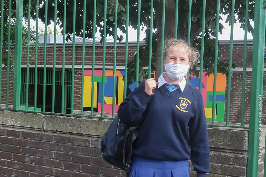 Mit Maske und Schuluniform
